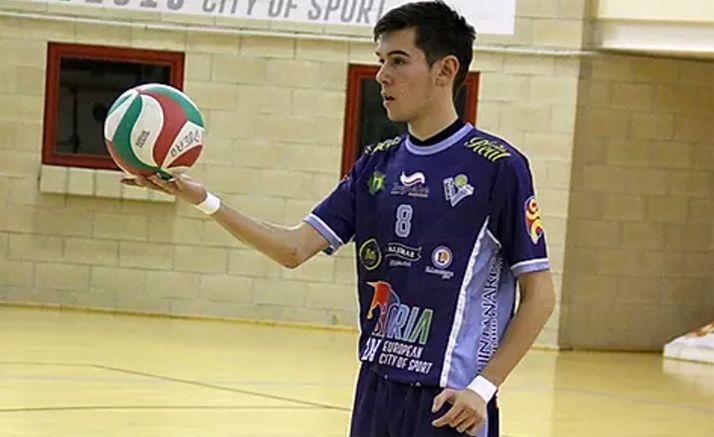 El joven jugador en un encuentro en el pabellón de Los Pajaritos. /María Morales