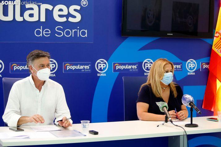 De Gregorio, con Francisco Vázquez, en rueda de prensa este lunes. /SN