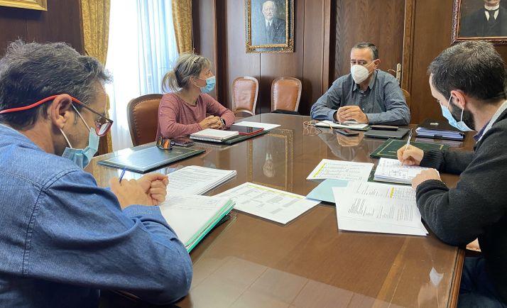 Imagen del encuentro entre responsables y técnicos de turismo de ambas instituciones. /Dip.