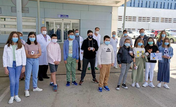 Los jóvenes donantes con responsables del hospital en la entrega de los dispositivos. /Jta.