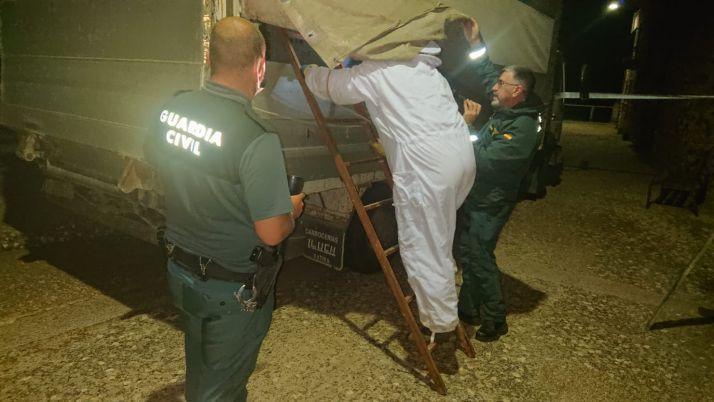 La Guardia Civil y un apicultor soriano retiran un enjambre instalado en un camión averiado