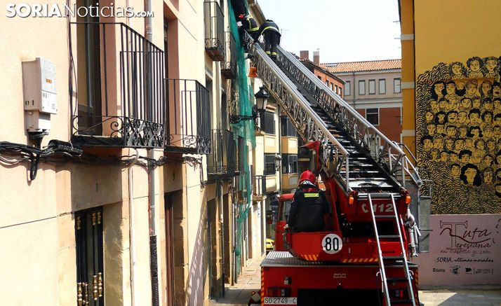 Una auto-escalera en una intervención de los bomberos. /SN