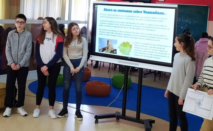 Alumnos de Escolapios en la presentación de un trabajo. /PES