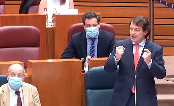 Mañueco, (dcha.) durante su  intervención en las Cortes regionales.