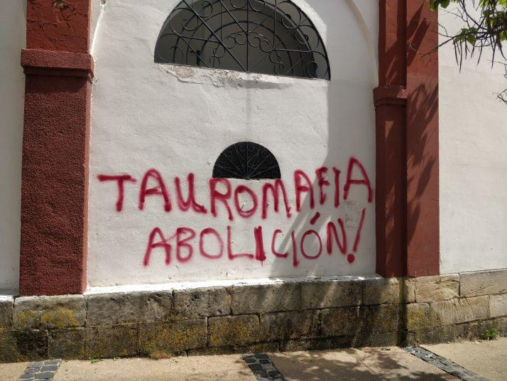 Foto 2 - Pintadas antitaurinas en la plaza de toros de Soria