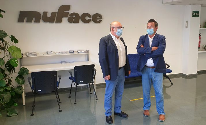 El subdelegado (izda.) y el responsable de ISFAS en Soria, en las dependencias de Muface.