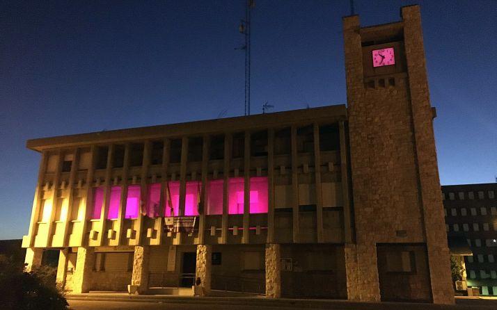 El ayuntamiento de la localidad con tonos morados. /SN