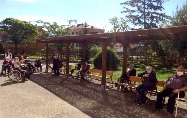 Jubilados de la residencia de Ágreda en el exterior del edificio. /Dip.