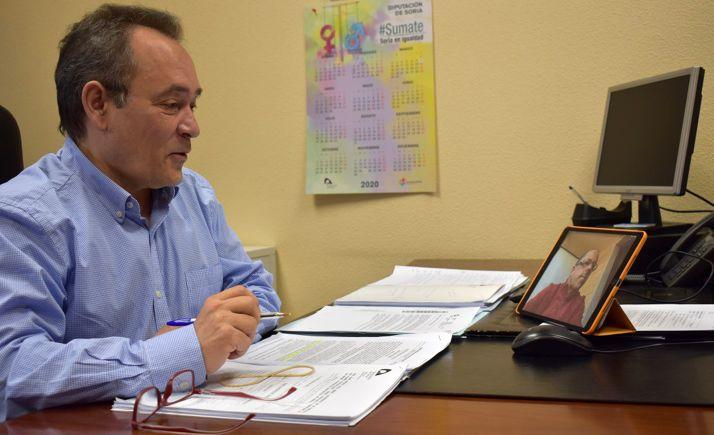 Santurnio de Gregorio conversa online con el técnico reponsable de la comisión. /Dip.