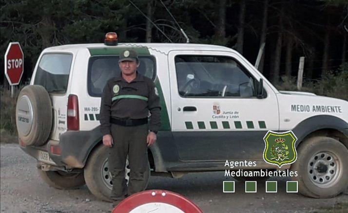Saturnino Martín, junto a su vehículo en una jornada de trabajo. /