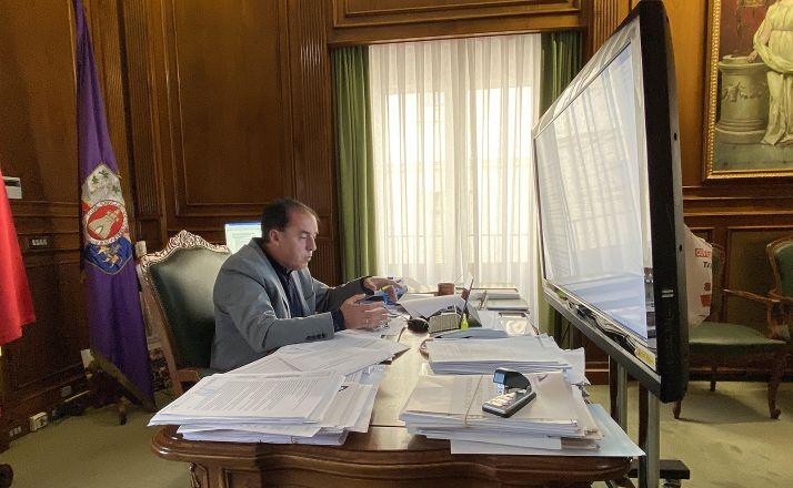 Serrano, en su despacho durante el encuentro con empresarios este jueves. /Dip.