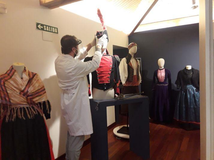 Técnicos preparan la exposición 'Al estilo de París'.