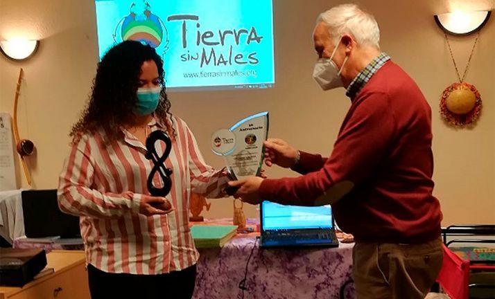 Eduardo Lallana entrega símbolos de la ONG a Virginia Orden, nueva integrante de la junta directiva. /TSM