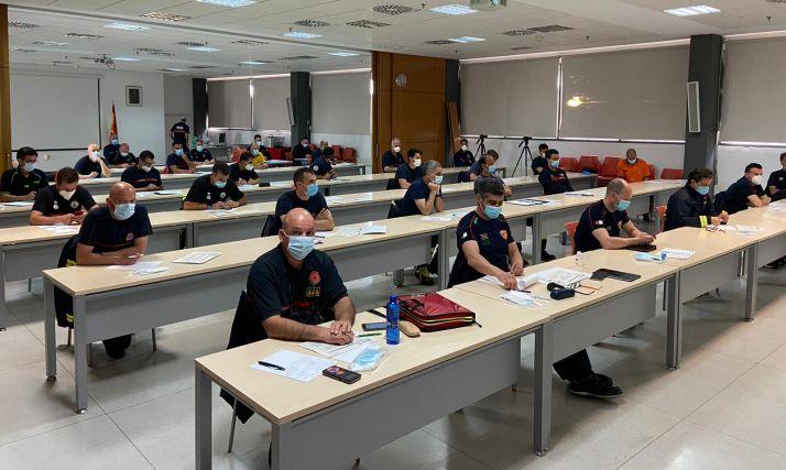 Los bomberos de la capital participan en el primer curso sobre  seguridad e intervención frente al coronavirus