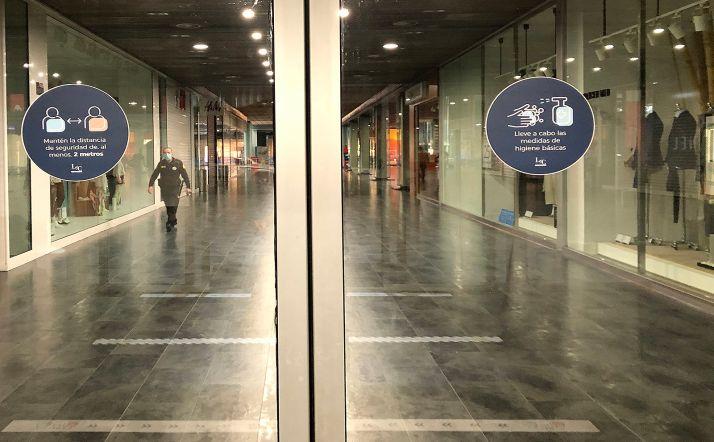 Entrada del Centro Comercial Camaretas, que abre el lunes 8.