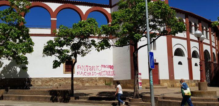 Foto 2 - Vuelven las pintadas antitaurinas el día después de su limpieza