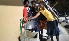 Alumnas del liceo ante un grifo de reciente instalación. /FPN