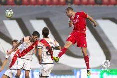 Higinio remata el gol en Vallecas.