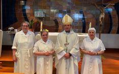 El obispo, con las religiosas, en la residencia de mayores adnamantina. /DOS