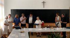 Una imagen del aperitivo de despedida, con las religiosas y tres de los alcaldes que han regido la villa: María Jesús Gañán, José Luis Las Heras y Jesús Cedazo (ctro.). A la derecha, el obispo.