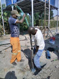 Dos operarios en la instalación del sistema de bombeo subterráneo. /FPN