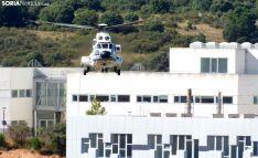 El helicóptero de la Casa Real hoy, antes de tomar tierra en el Estadio de los Pajaritos. Al fondo, el Campus Duques de Soria. /SN