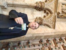 El obispo, ante la entrada principal al templo este miércoles. /DOS