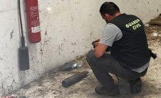 Un especialista de la Guardia Civil con el artefacto. /Subdelegación
