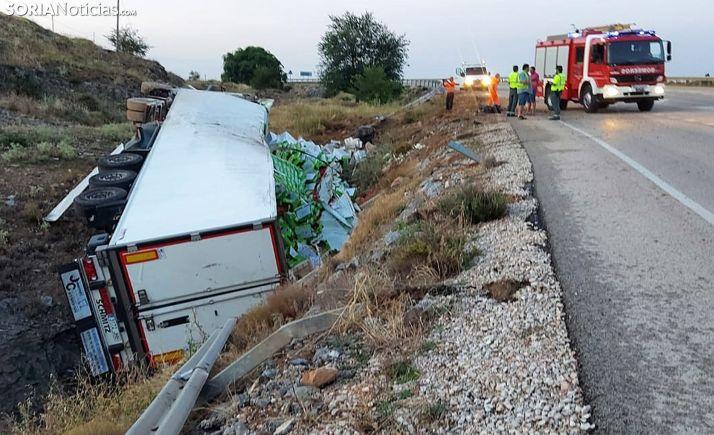 Vuelca un camión frente al polígono de Los Espinos en Ágreda
