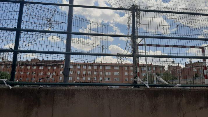 La valla de las canchas se puede ver en malas condiciones.