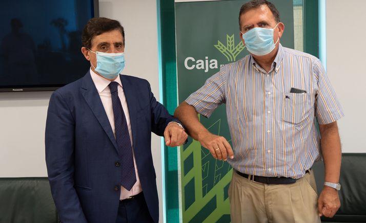 Carlos Martínez Izquierdo y Javier Barrio, tras la rúbrica del acuerdo. /CRS
