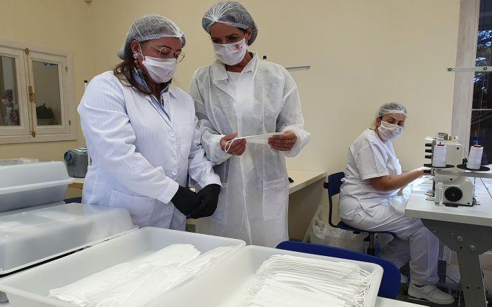 La consejera (ctro.) en las instalaciones de Lauwood Healthcare, en el Real Sitio de San Ildefonso (Segovia)
