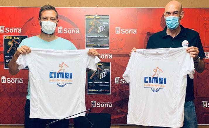 Salvador (izda.) y Jiménez en la presentación del CIMBI de este verano. /Ayto.
