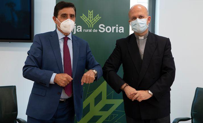 Carlos Martínez, presidente de Caja Rural (izda.) y Javier Ramírez, director de Cáritas de Osma-Soria. /CR
