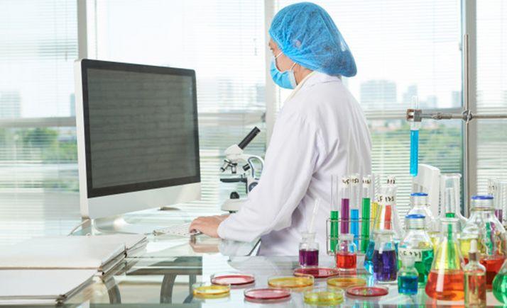 Una joven investigadora en un laboratorio.