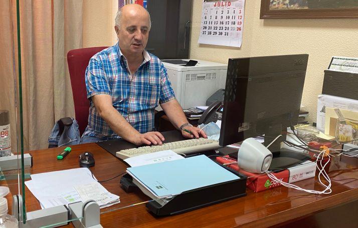 Javier Navarro, diputado de personal, preparando la comisión celebrada esta mañana . /Dip.