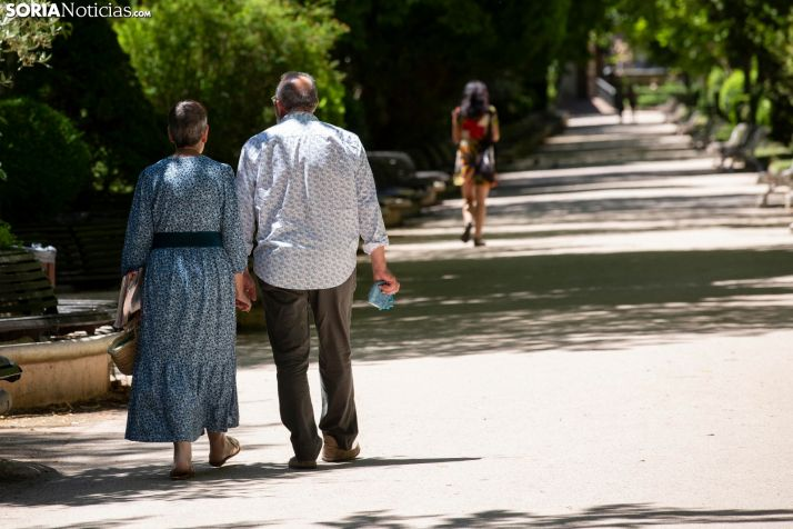 Dos sorianos pasean por la Dehesa. /María Ferrer.