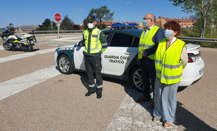 Francisca Delgado, con Miguel Latorre y un teniente de la Guardia Civil esta mañana en una carretera de la provincia. /SdG