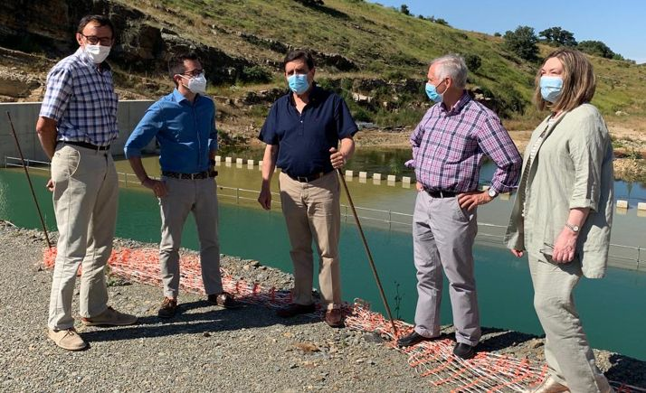 Parlamentarios populares y representantes locales de Tierras Altas en las obras de la presa.