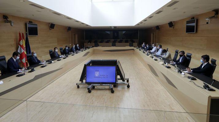 Reunión entre representantes del sector taurino y la Junta este miércoles en las Cortes regionales. /Jta.