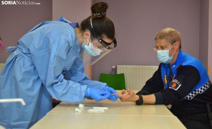 Enfermera realizando un test rápido en Soria.
