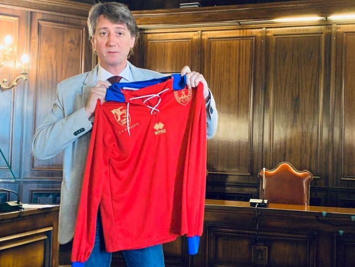 Carlos Martínez apoya al Numancia con una imagen del 75 aniversario.