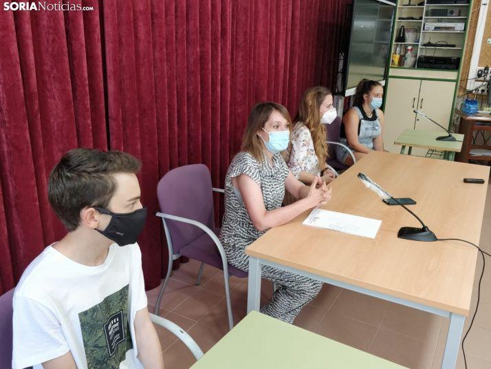 La profesora Beatriz Moreno Edo y los alumnos Isaac Romera Morales y Ana María Redondo Herrera junto a Rocio Lucas.