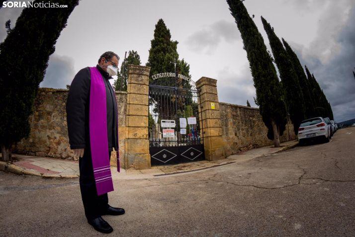 Un sacerdote oficia un funeral durante el Estado de Alarma.