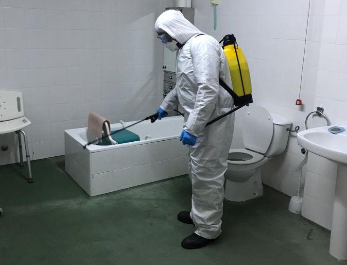 Un trabajador desinfecta el baño de una residencia de Soria.