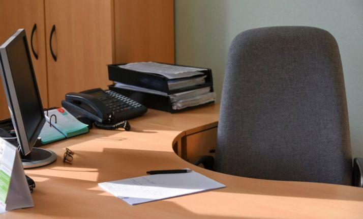 Una silla de funcionario espera al opositor.