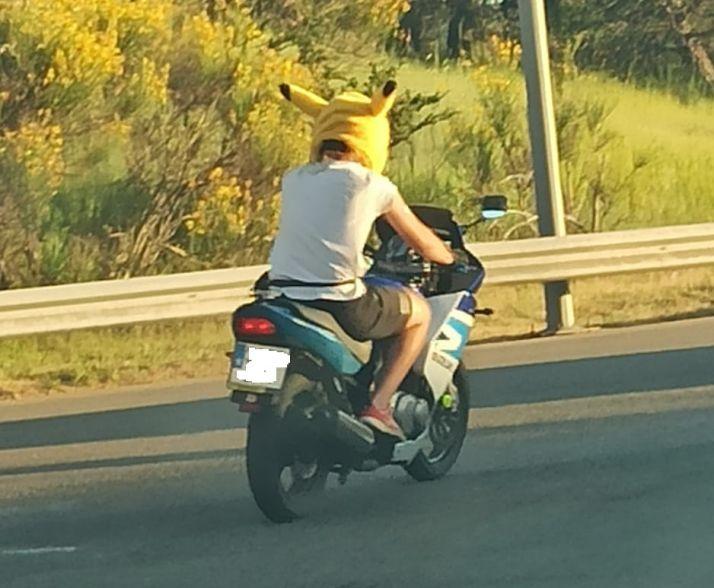 Foto 1 - ¿Qué hace Pikachu conduciendo una moto por Soria?