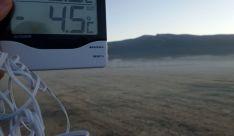 Un termómetro marca la temperatura en los alrededores de Durelo al amanecer. /AS