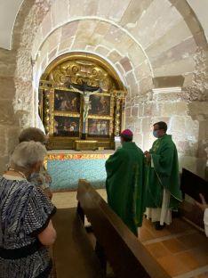 Bendición del retablo de la Pasión por el obispo de Osma-Soria.