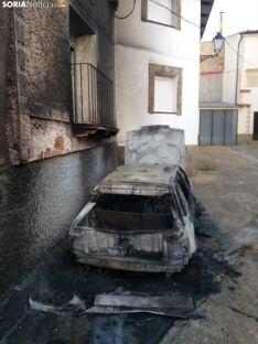 Una coche queda calcinado por un incendio en la vecina localidad zaragozana de Pomer